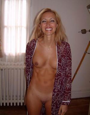 magnificent blond body of men posing bare-ass